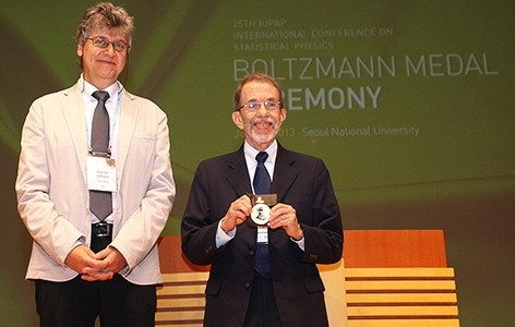 Prof. Harry Swinney Wins Boltzmann Medal